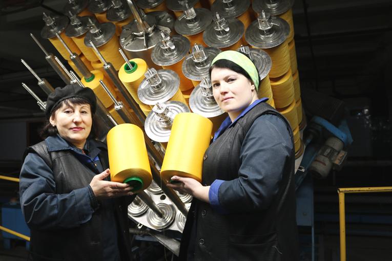 Жанна ПУНТУС и Виктория КОСТЮКОВИЧ – аппаратчики отделки и сушки цеха крашения и трикотажных полотен ЗПТН, фото